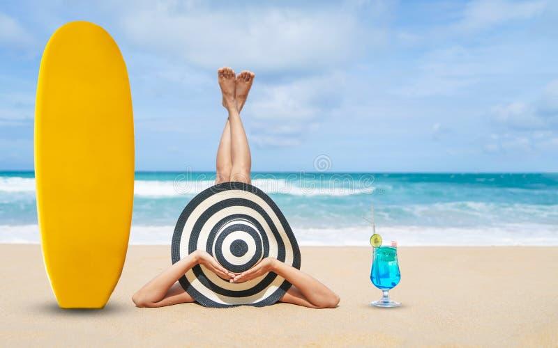 年轻时尚妇女放松在热带海滩海滩、愉快的海岛生活方式、白色沙子、ฺBlue多云天空和水晶海, 免版税图库摄影