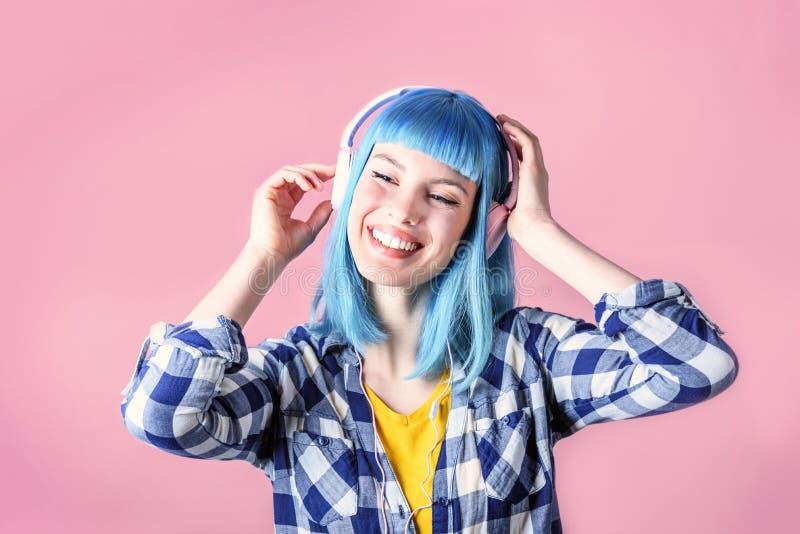 年轻时髦妇女听到音乐 免版税库存图片
