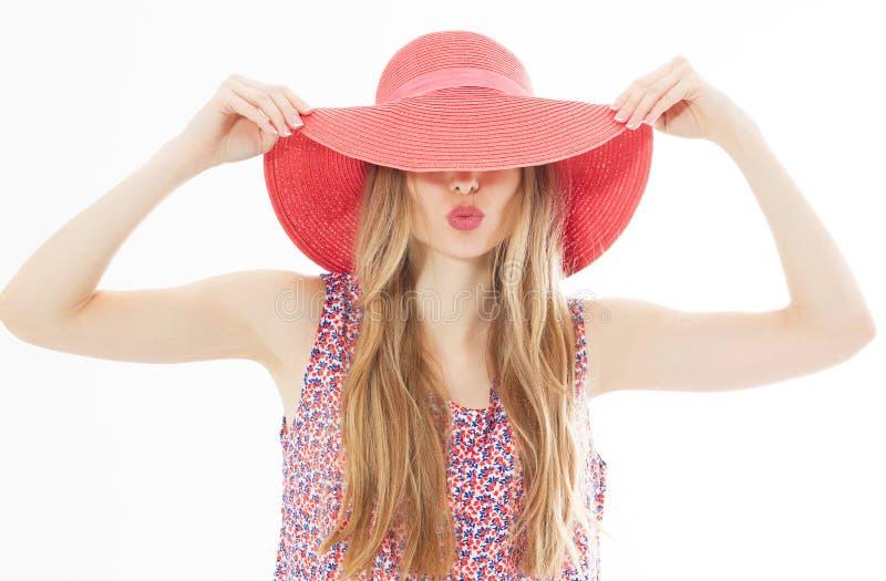 年轻时髦的亲吻的女孩模型画象在颜色偶然夏天衣裳的在有自然构成的红色桃红色帽子和长期白肤 库存照片