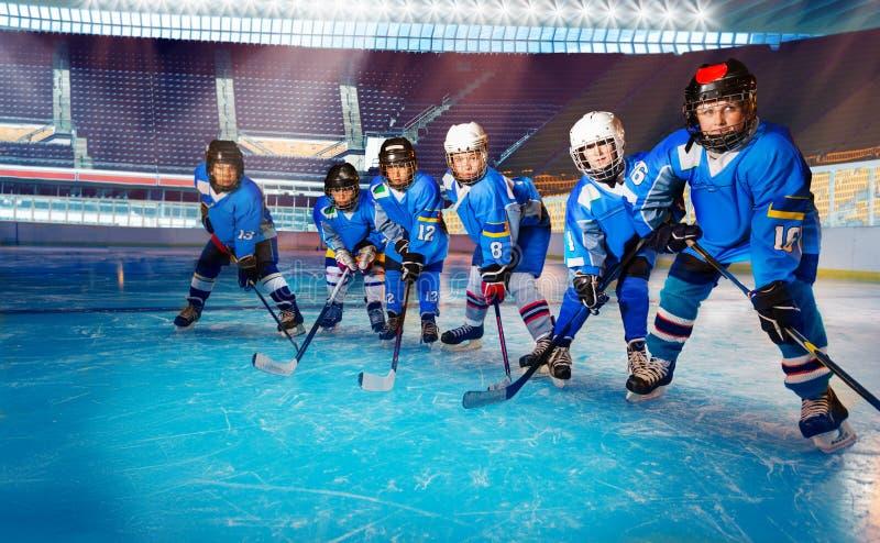 年轻曲棍球运动员准备好在滑冰场的顽童 免版税库存照片