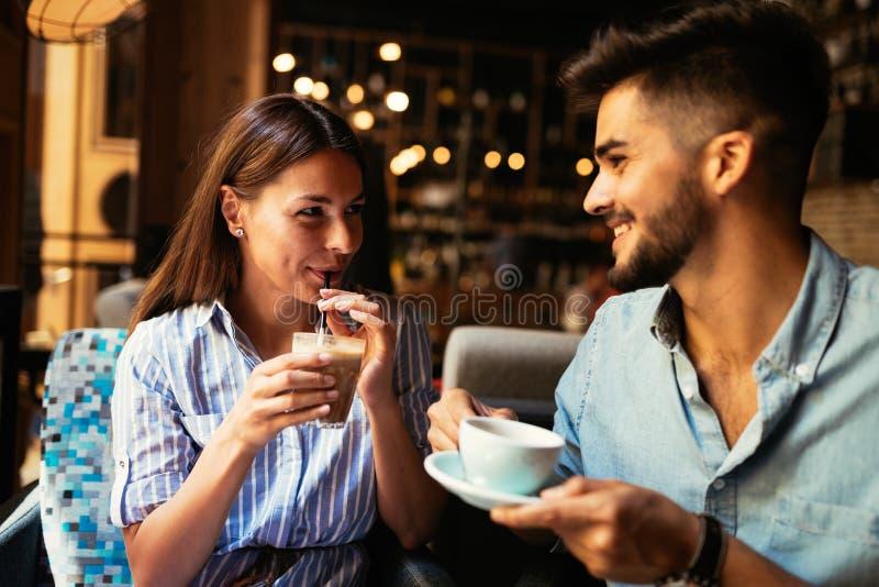 年轻有吸引力的夫妇在咖啡店的日期 库存图片