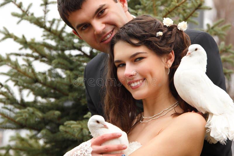年轻有吸引力的婚姻的加上鸽子对 库存图片