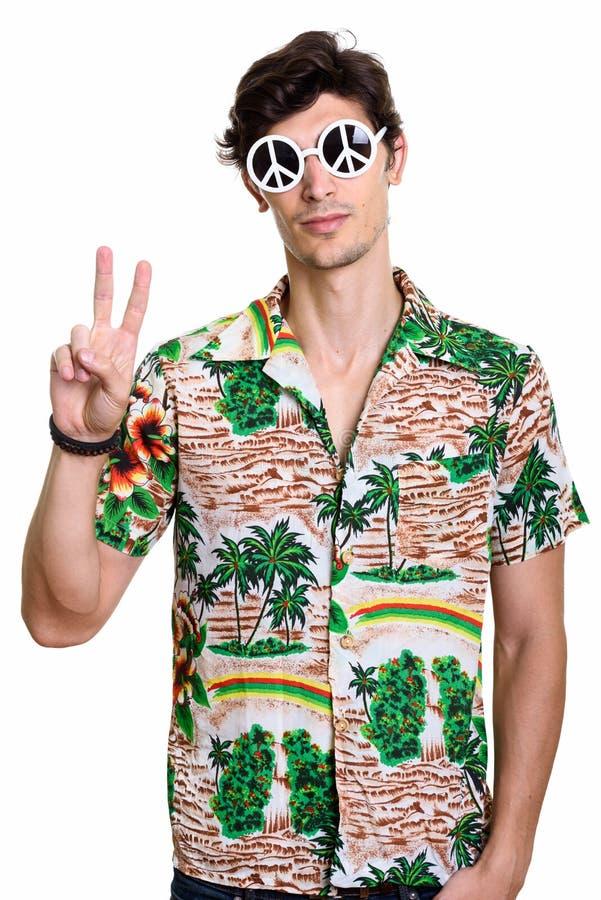年轻有和平标志一会儿givi的帅哥佩带的太阳镜 库存图片
