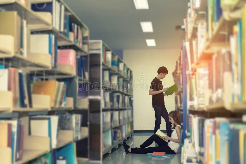 年轻有学校文件夹的学生亚裔一起少年 免版税库存图片