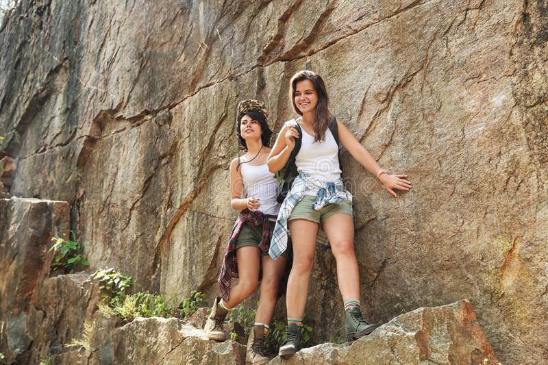 年轻朋友在夏日临近峭壁 库存图片