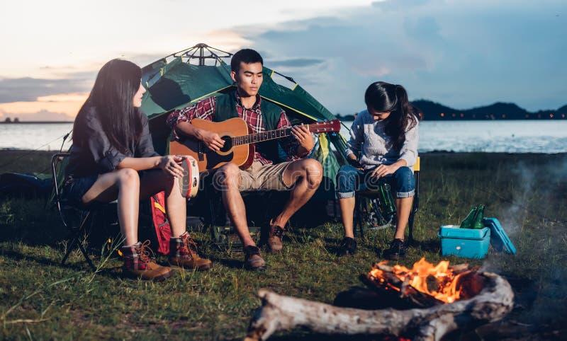 年轻朋友小组野营的帐篷一起 库存图片