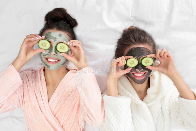 年轻朋友,戴着面罩,在Pamper派对上睡觉 免版税库存照片