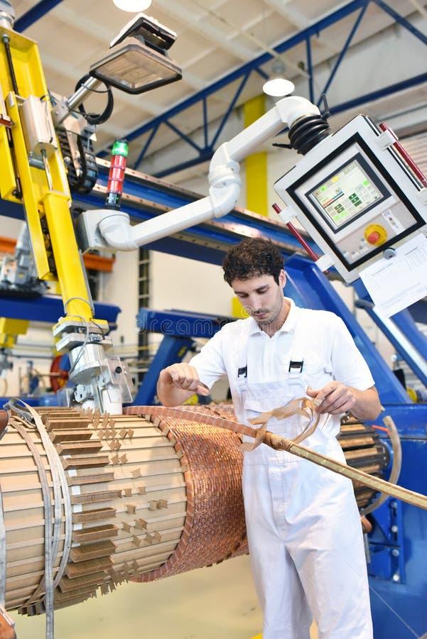 年轻机械工程工作者操作windi的一个机器 免版税库存照片