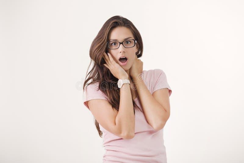 年轻棕色毛发的妇女演播室画象有震惊表情的 免版税图库摄影
