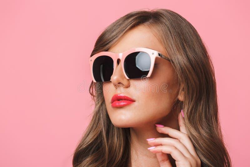 年轻欧洲妇女20s图象特写镜头有长的卷曲hairst的 免版税库存照片