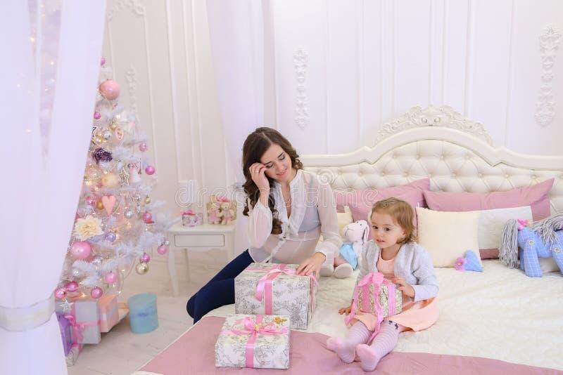 年轻母亲和小女儿为新年holi做准备 库存图片