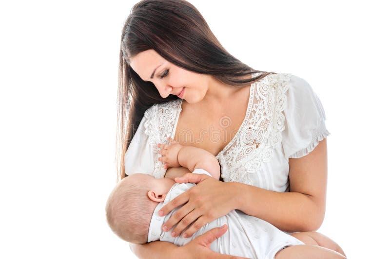 年轻母亲哺乳她的婴孩 哺乳 白色backgro 免版税库存图片