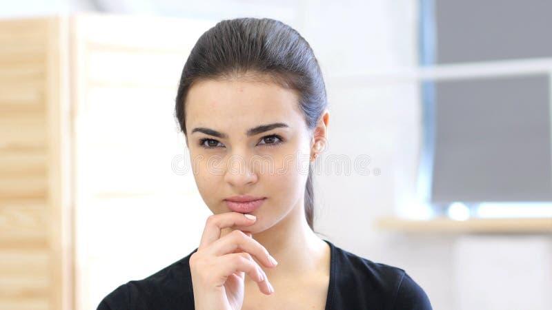 年轻沉思妇女,想法的新的想法画象  免版税库存照片