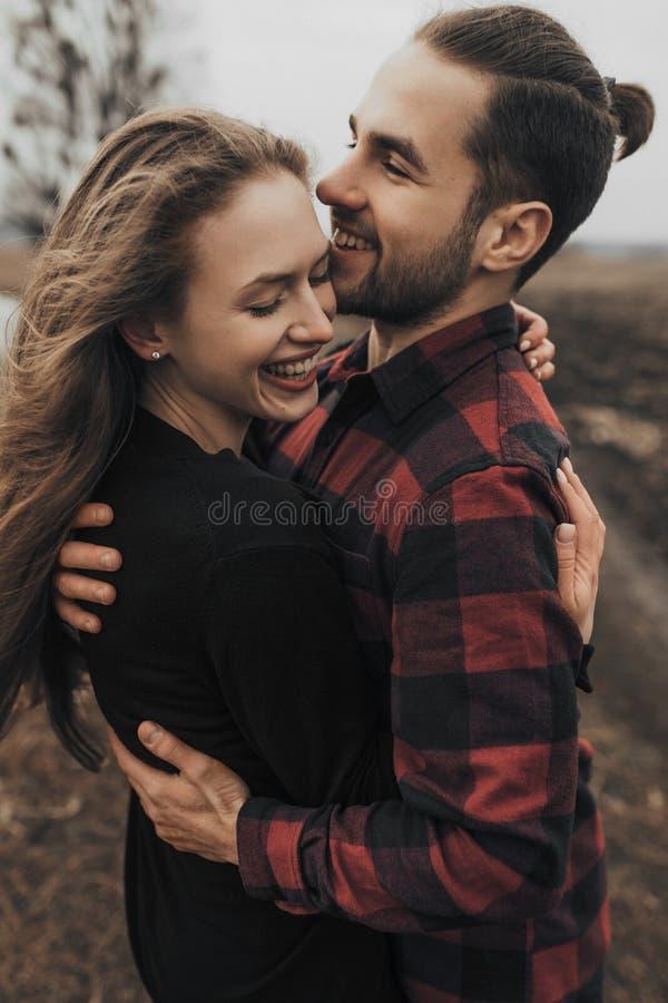 年轻浪漫夫妇是亲吻和享受公司彼此 免版税图库摄影
