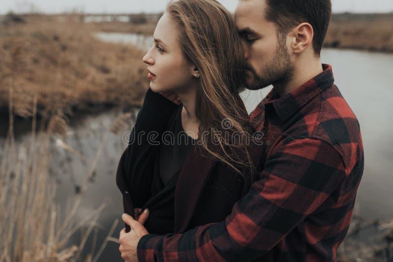 年轻浪漫夫妇是亲吻和享受公司彼此 图库摄影
