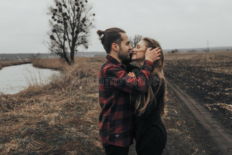 年轻浪漫夫妇是亲吻和享受公司彼此 免版税库存照片