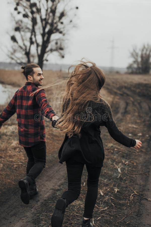 年轻浪漫夫妇是亲吻和享受公司彼此 库存照片