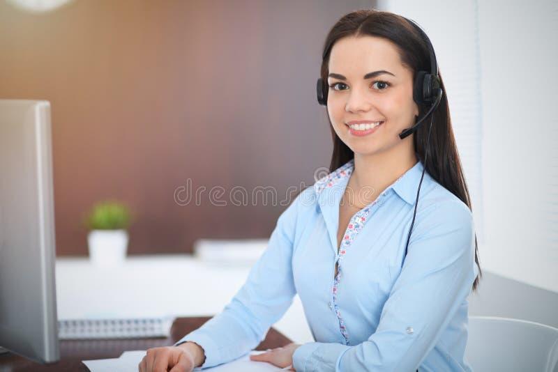 年轻深色的女商人看起来工作在办公室的学生女孩 谈话西班牙或拉丁美洲的女孩  库存图片