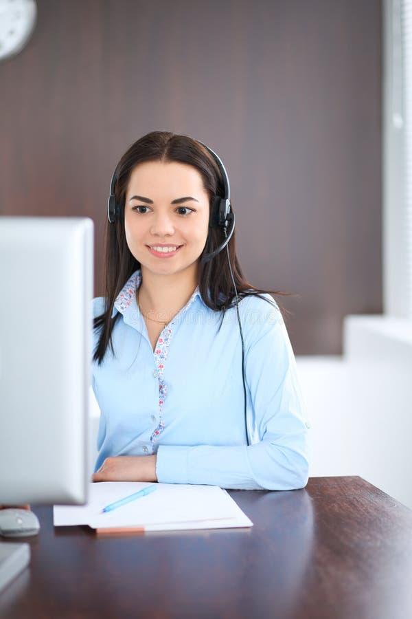 年轻深色的女商人看起来工作在办公室的学生女孩 谈话西班牙或拉丁美洲的女孩  免版税图库摄影
