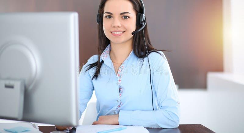 年轻深色的女商人看起来工作在办公室的学生女孩 谈话西班牙或拉丁美洲的女孩  免版税库存图片
