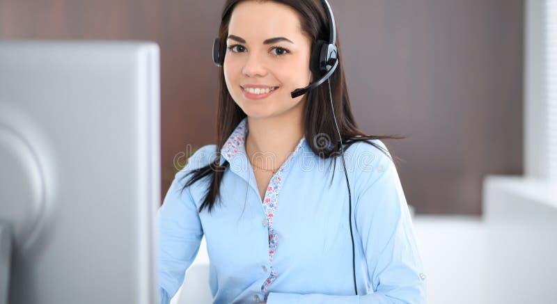 年轻深色的女商人看起来工作在办公室的学生女孩 谈话西班牙或拉丁美洲的女孩  库存照片