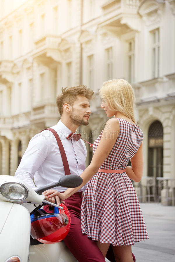 年轻滑稽的俏丽的时尚葡萄酒行家夫妇 免版税库存照片