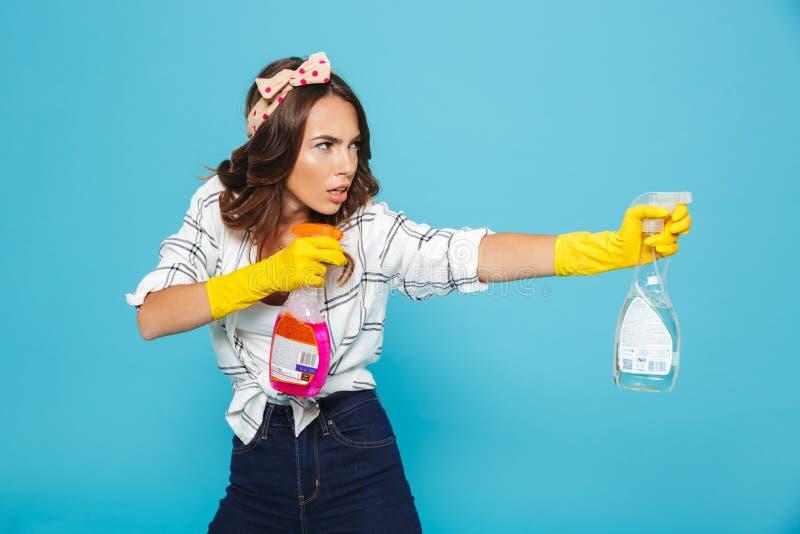 年轻滑稽的妇女20s图象特写镜头黄色橡胶手套的f 库存照片