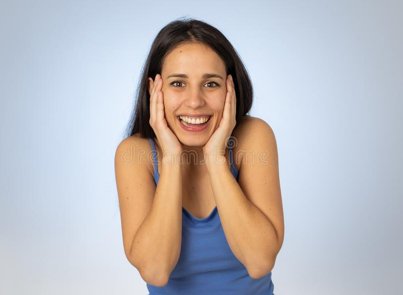 年轻激动的妇女震惊和愉快的看的难以相信的销售或惊奇与狂喜 免版税库存图片