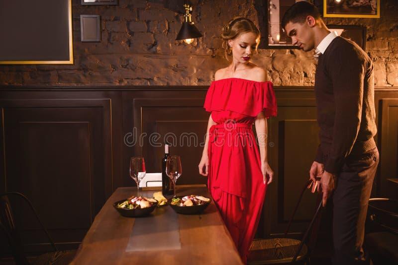 年轻爱夫妇在餐馆,浪漫日期 库存图片