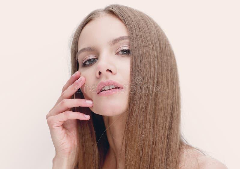 年轻现代女孩画象有长的头发的图片
