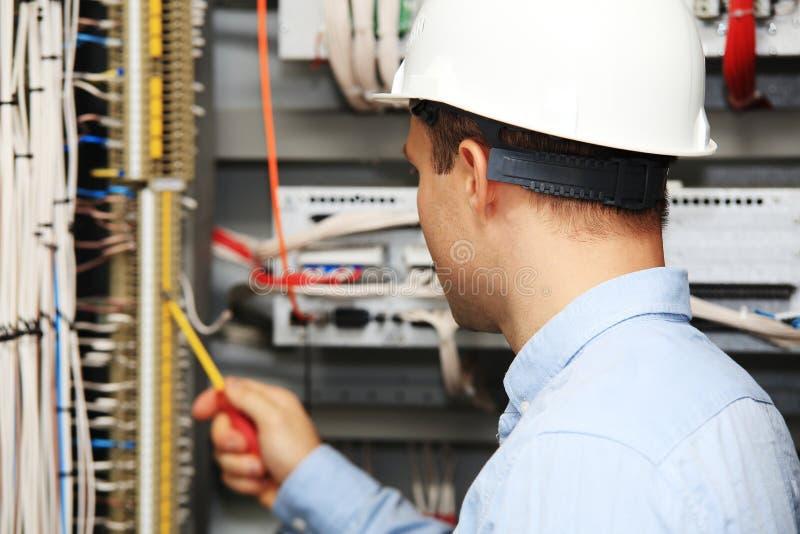 年轻电工在工作 免版税库存图片