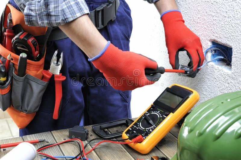 年轻电工技术员工作与安全sta一致 库存图片