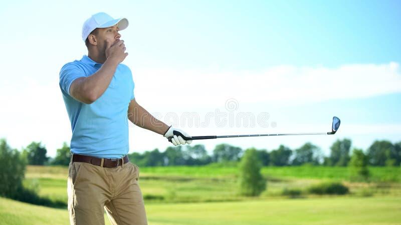 年轻男子高尔夫球手打球,打不成功,运气不好 图库摄影