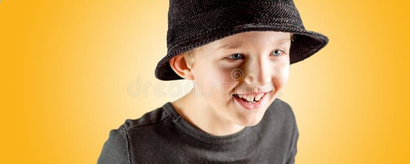 年轻男孩快活的微笑的表示特写镜头  库存图片