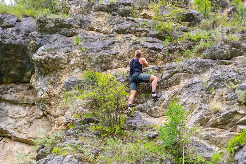年轻男孩登山人 图库摄影