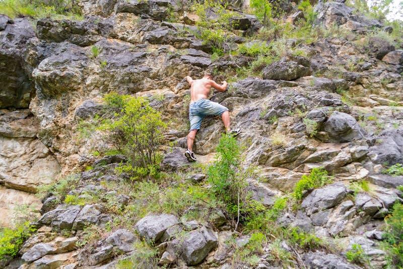 年轻男孩登山人 免版税图库摄影
