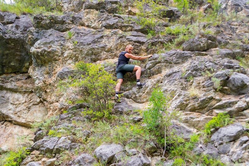 年轻男孩登山人 免版税库存图片