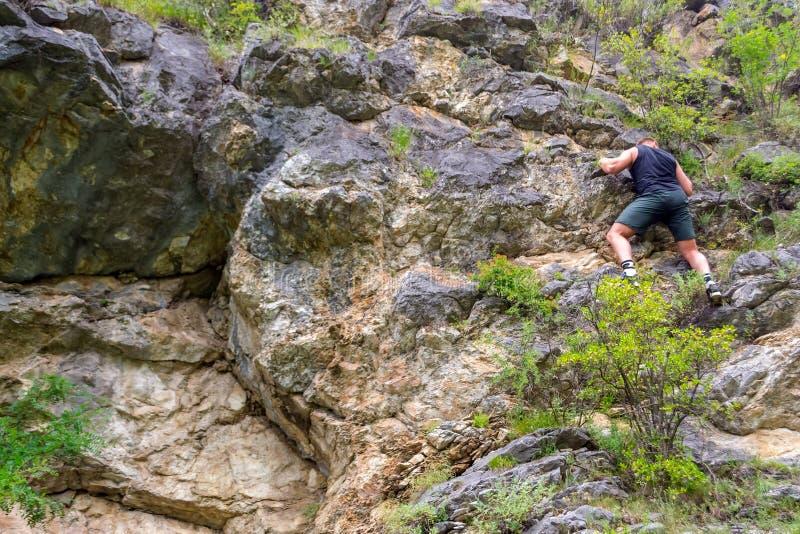 年轻男孩登山人 库存图片