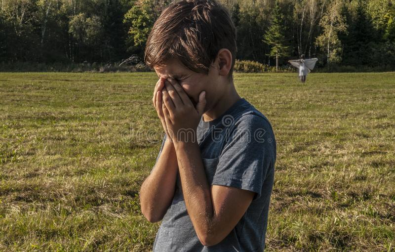 年轻男孩追悼在他死的母亲视觉  免版税库存照片