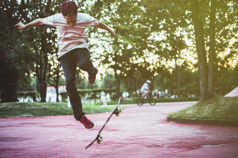 年轻男性亚文化群极端体育都市概念 免版税库存图片