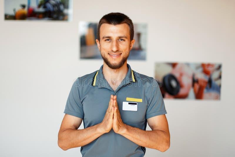 年轻男性健身辅导员在大厅里 瑜伽教练 免版税库存照片
