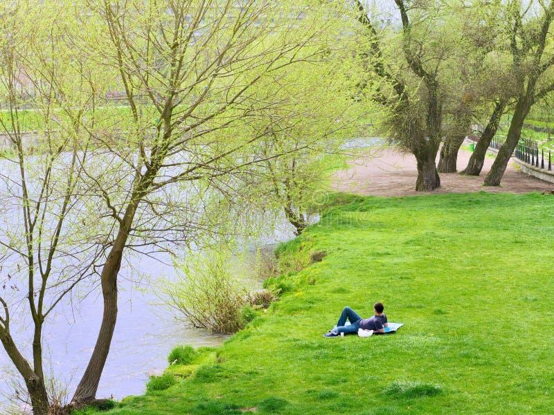 年轻男性在毯子放松 免版税图库摄影