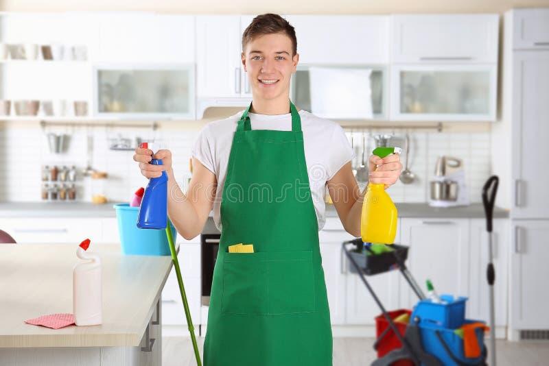 年轻男性擦净剂在工作 免版税库存图片