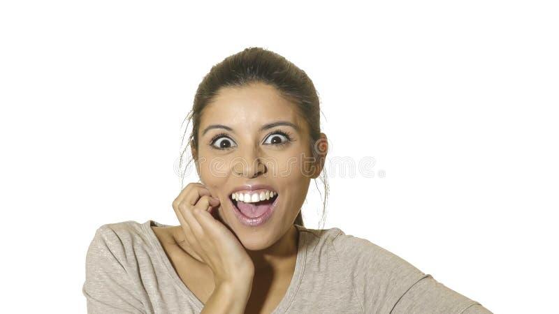 年轻疯狂的愉快和激动的西班牙妇女30s顶头画象惊奇的和使与大开的眼睛的面孔表示吃惊 库存照片