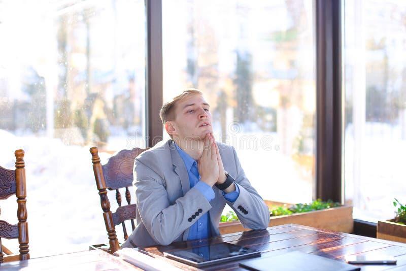 年轻疲乏的经理有断裂在与卷轴式记录纸,片剂的咖啡馆 库存图片