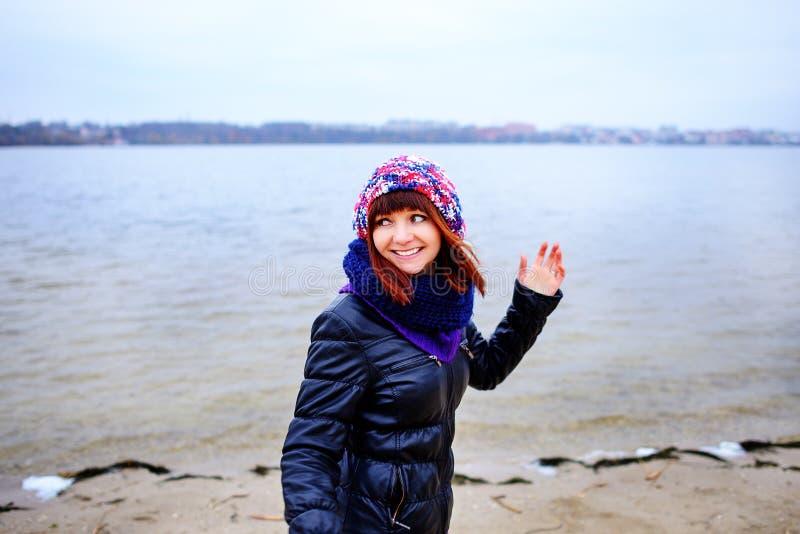 年轻白种人亭亭玉立的妇女生活方式画象沿海滩秋天跑 免版税图库摄影