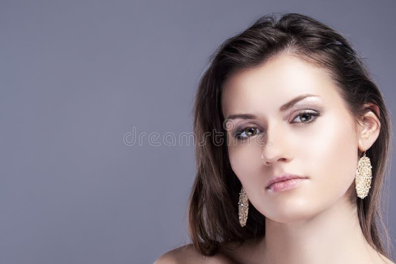 年轻白种人女性皮肤秀丽画象与健康头发的天然化妆品构成的 免版税库存照片