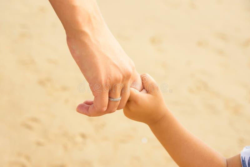 年轻白种人妇女母亲用手拿着她的小小孩孩子 接触情感场面 家庭统一性团结 库存照片