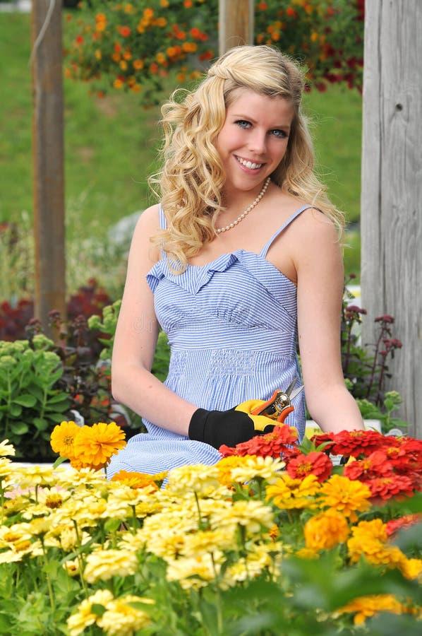 年轻白肤金发妇女从事园艺 免版税图库摄影