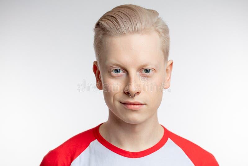 年轻白肤金发的人画象有健康干净的皮肤的 在白色 图库摄影
